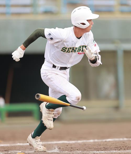 浦和学院対専大松戸 5回裏専大松戸1死一、二塁、左越え3点本塁打を放つ加藤(撮影・野上伸悟)