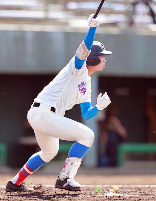 花咲徳栄対常総学院 1回表花咲徳栄1死満塁、右中間に先制2点適時二塁打を放つ味谷(撮影・野上伸悟)