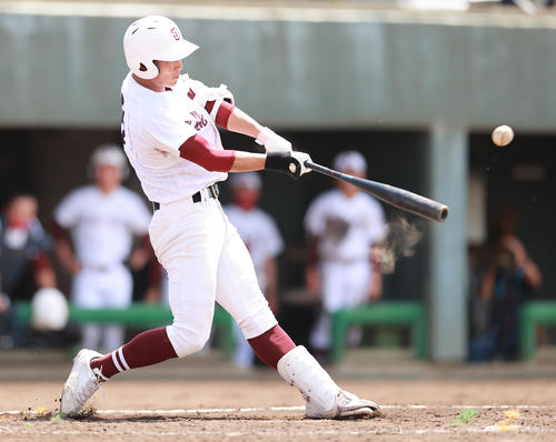 花咲徳栄対常総学院 4回裏常総学院1死満塁、左越え2点適時二塁打を放つ三輪(撮影・野上伸悟)