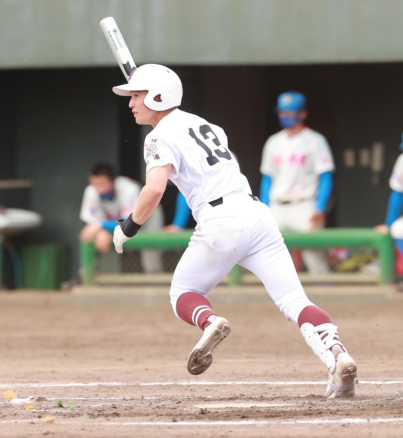 花咲徳栄対常総学院 7回裏常総学院2死満塁、中前2点適時打を放つ加藤(撮影・野上伸悟)