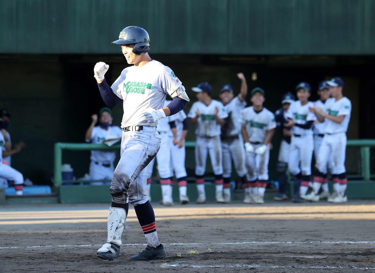 9回表武蔵越生2死一塁、石上は左越え本塁打を放ちガッツポーズ(撮影・鈴木正人)