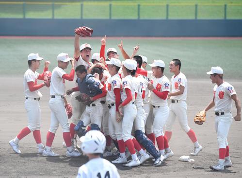 高校野球奈良県大会 優勝を決め、喜ぶ智弁学園ナイン。グラブを高く突き上げているのは前川右京(左から3人目)(撮影・滝沢美穂子)