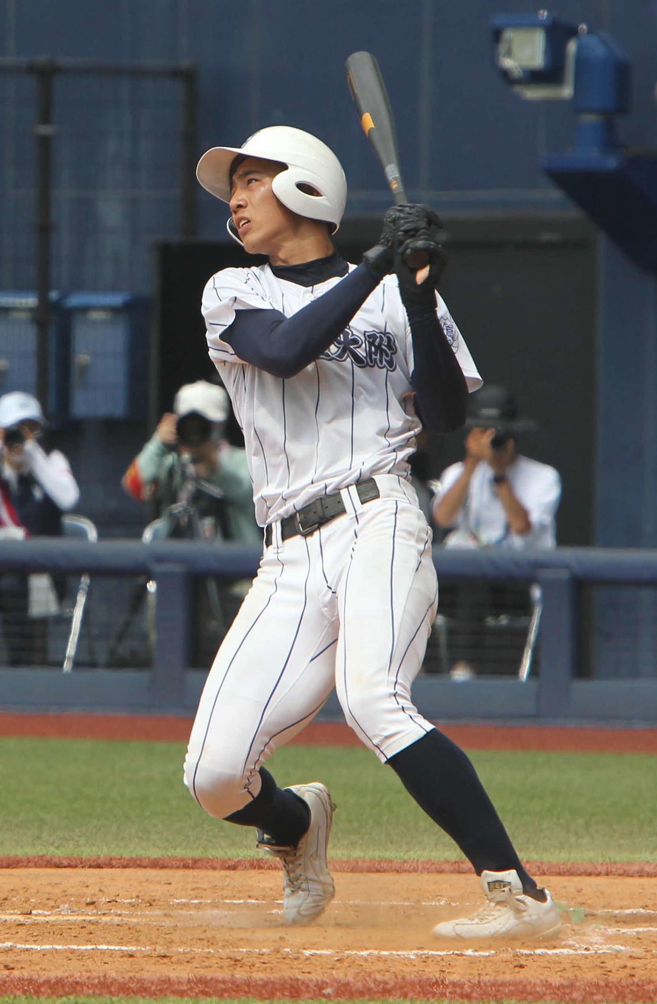 2回、5-1の1死満塁で走者一掃の左中間三塁打を放った新潟産大付・鈴木