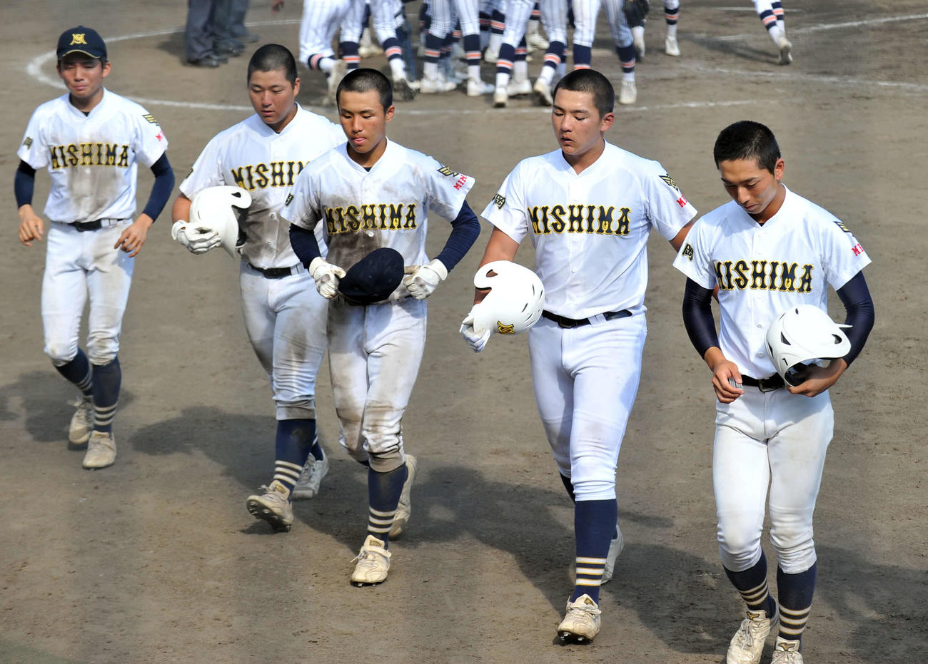試合に敗れて、肩を落とす三島南の選手たち。右から2人目が前田