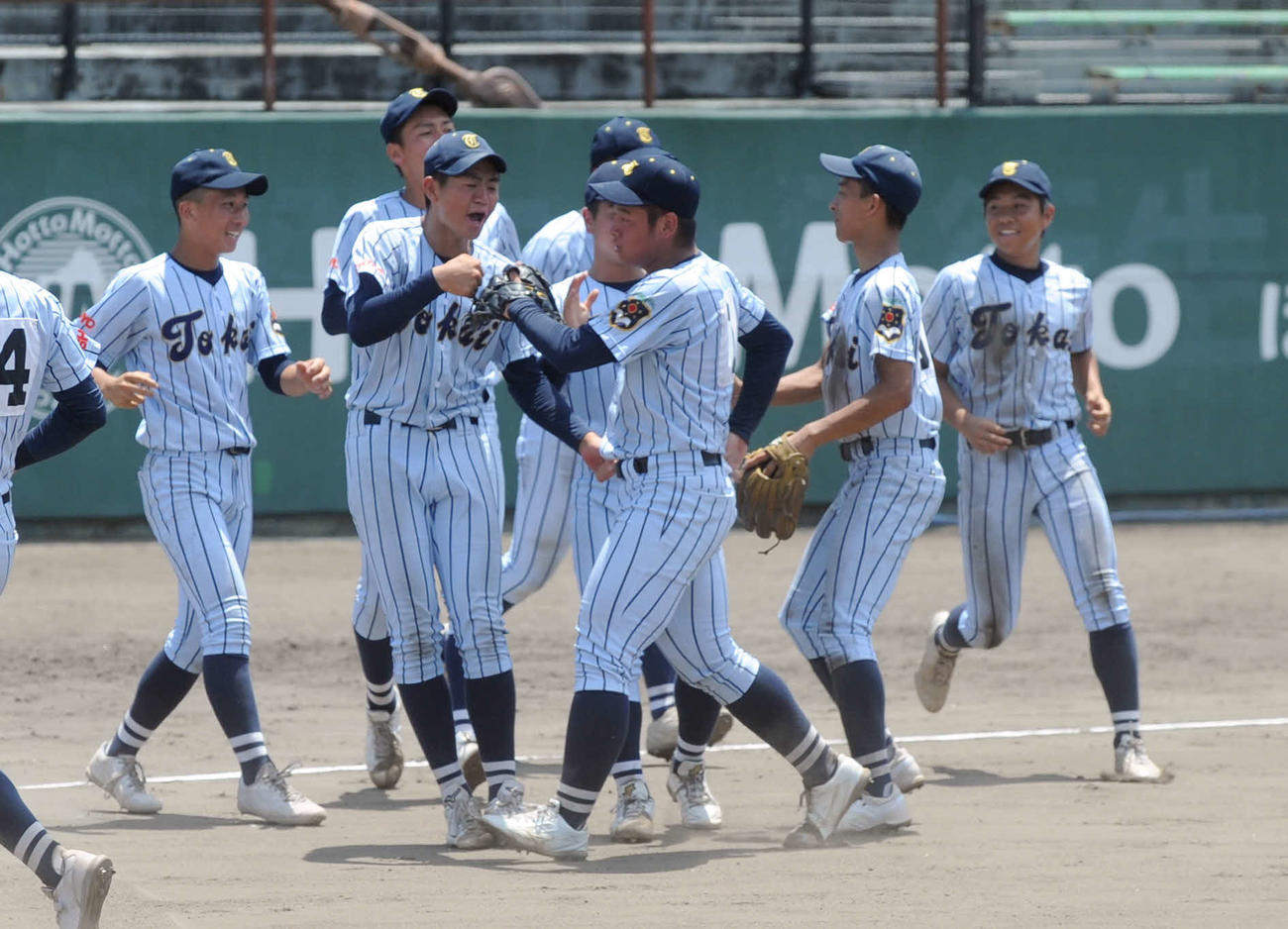 最後の打者を打ち取った鈴木(中央)のもとへ駆け寄る翔洋ナイン