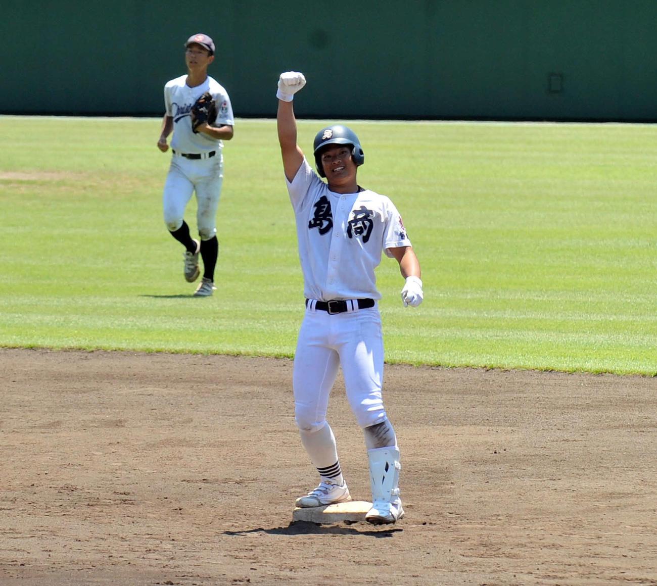 決勝の逆転2点適時二塁打を放ってガッツポーズする島田商・杉崎