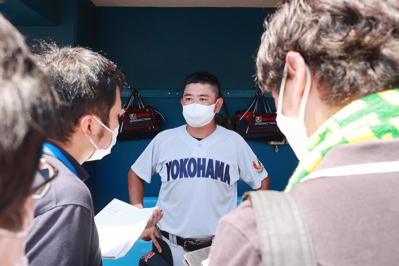 横浜対向上 7回コールド11-3で勝利し、取材を受ける横浜・村田監督(撮影・野上伸悟)