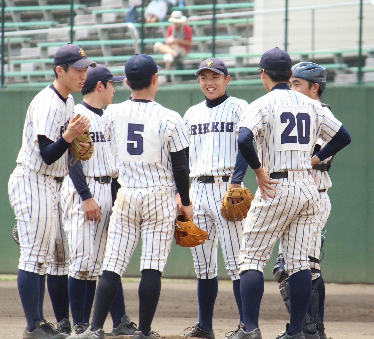 立教新座対浦和学院 7回裏浦和学院2死三塁、チームメートに笑顔を見せる立教新座・高橋(右から3人目)(撮影・保坂恭子)