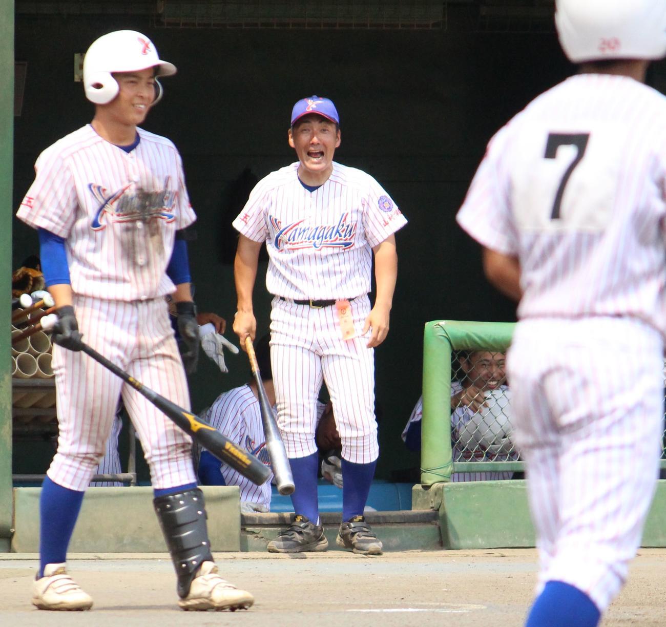 川口対山村学園 5回裏のチャンスで、選手に「頼むぞ!」と声をかける山村学園・岡野監督(中央)(撮影・保坂恭子)