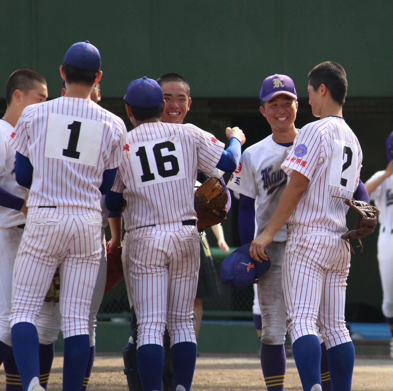 川口対山村学園 試合後、笑顔でコミュニケーションをとる両チームの選手たち(撮影・保坂恭子)