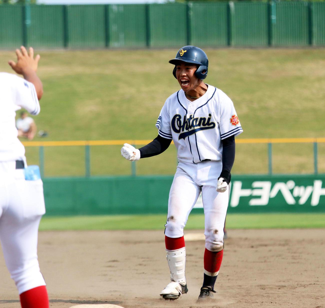 7回表帯広大谷1死一、二塁、村上が勝ち越しの中前打を放ち塁上で喜ぶ(撮影・永野高輔)