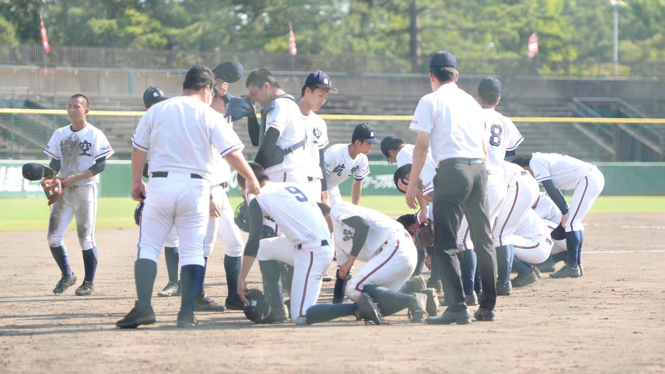 日本航空石川対金沢 試合終了後、その場に崩れ落ちる日本航空石川ナイン(撮影・岡崎空日南太)