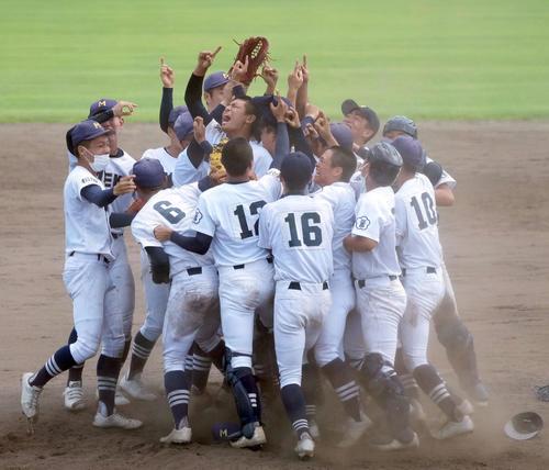 第103回全国高校野球選手権三重大会決勝 三重高校対津田学園 試合終了、勝利し喜ぶ三重高校ナイン(撮影・森本幸一)