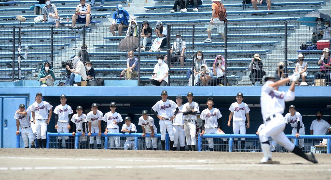 最後の打者となった石川一塁手の打撃をベンチから見つめる磐田東の選手たち