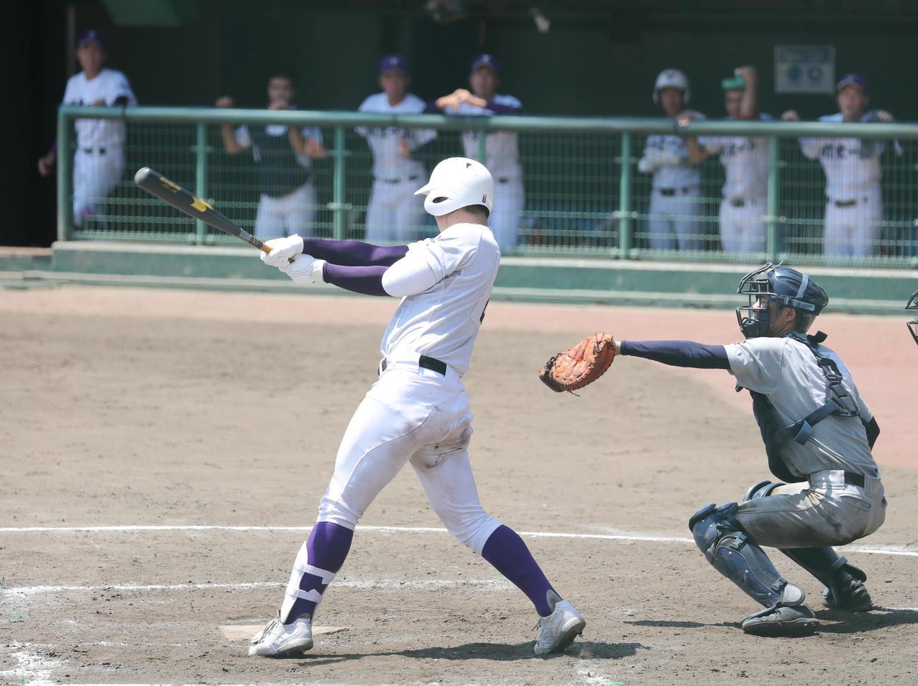 芝対関東第一 5回裏関東第一1死一、二塁、右に適時打を放つ石見(撮影・垰建太)
