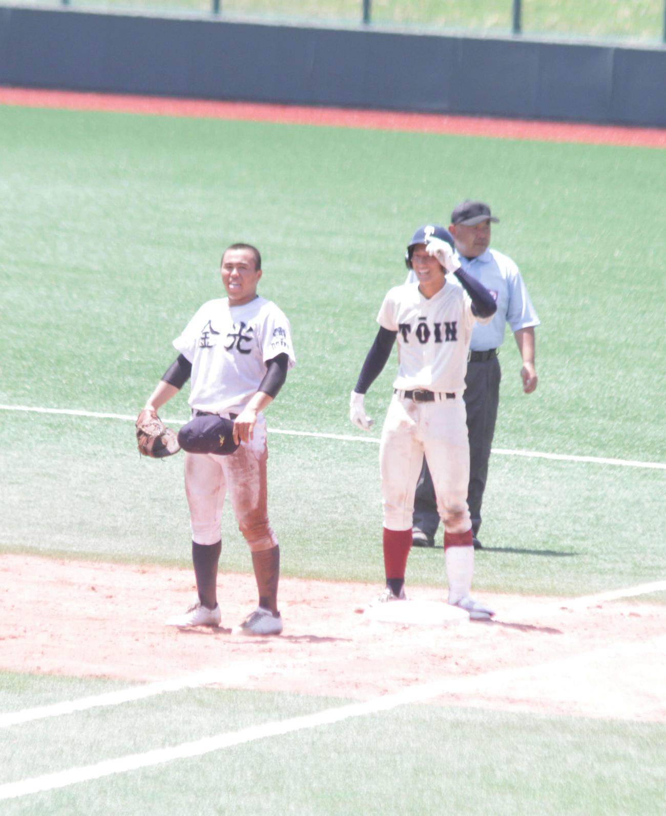 大阪桐蔭の松尾汐恩捕手は8回、中前に同点適時打を放って一塁ベース上で明るい表情