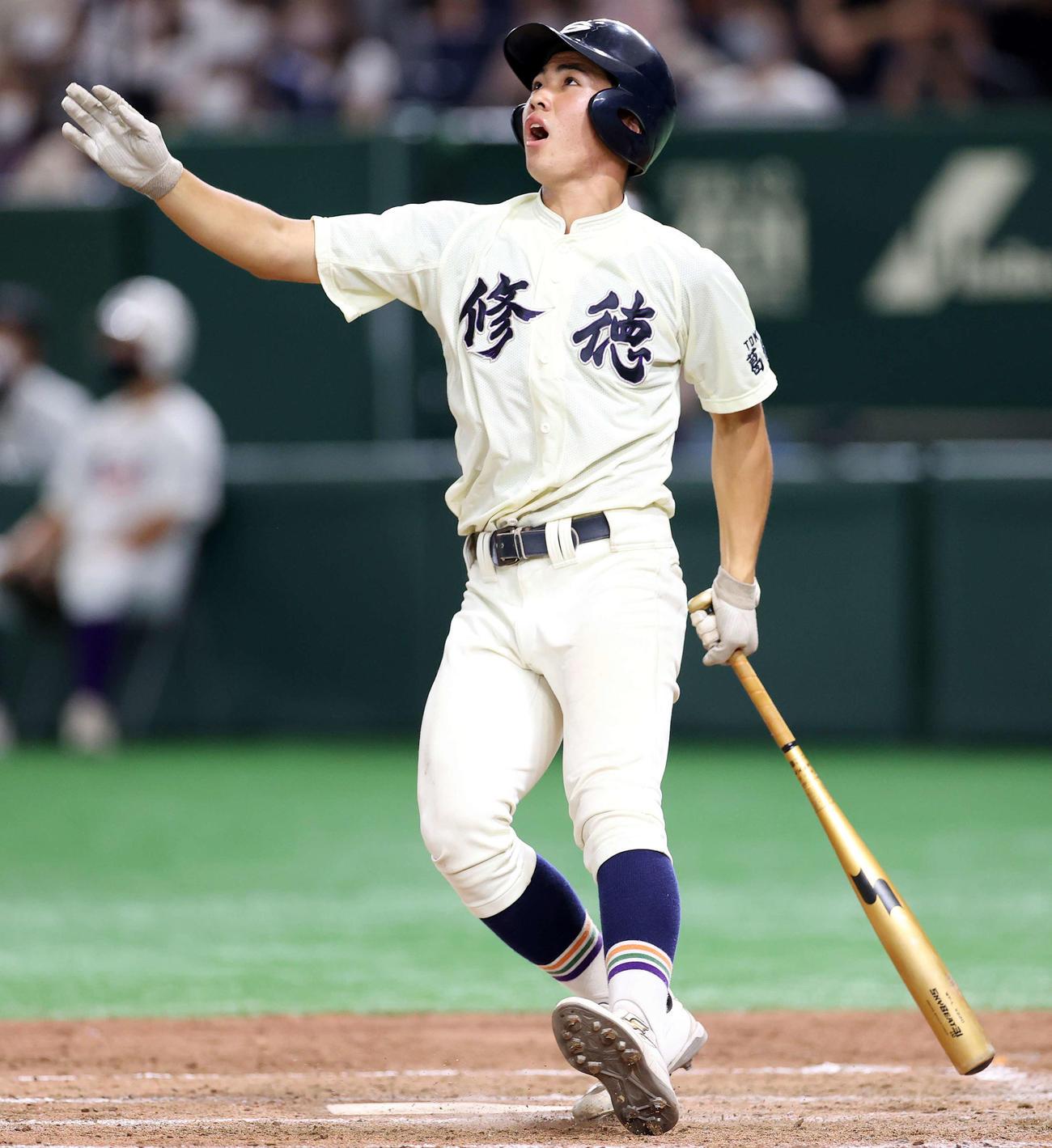 修徳対関東第一 4回表修徳2死、佐藤は左越え本塁打を放つ(撮影・鈴木正人)