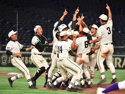 二松学舎大付対関東第一、優勝を決めた二松学舎大付ナインは喜び合う(撮影・柴田隆二)