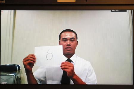 番号を掲げる沖縄尚学の仲宗根皐主将(代表撮影)