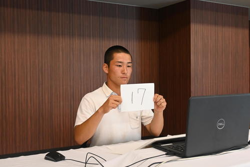 オンラインで抽選会に臨むノースアジア大明桜・中井主将(代表撮影)
