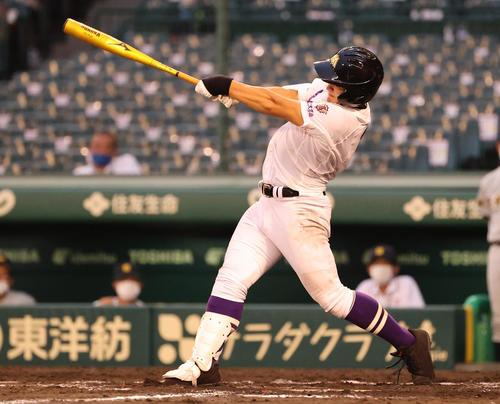甲子園で本塁打を放つ愛工大名電・田村(8月11日撮影)