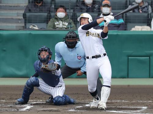 今春センバツの鳥取城北戦で三塁打を放つ三島南・前田(3月20日撮影)
