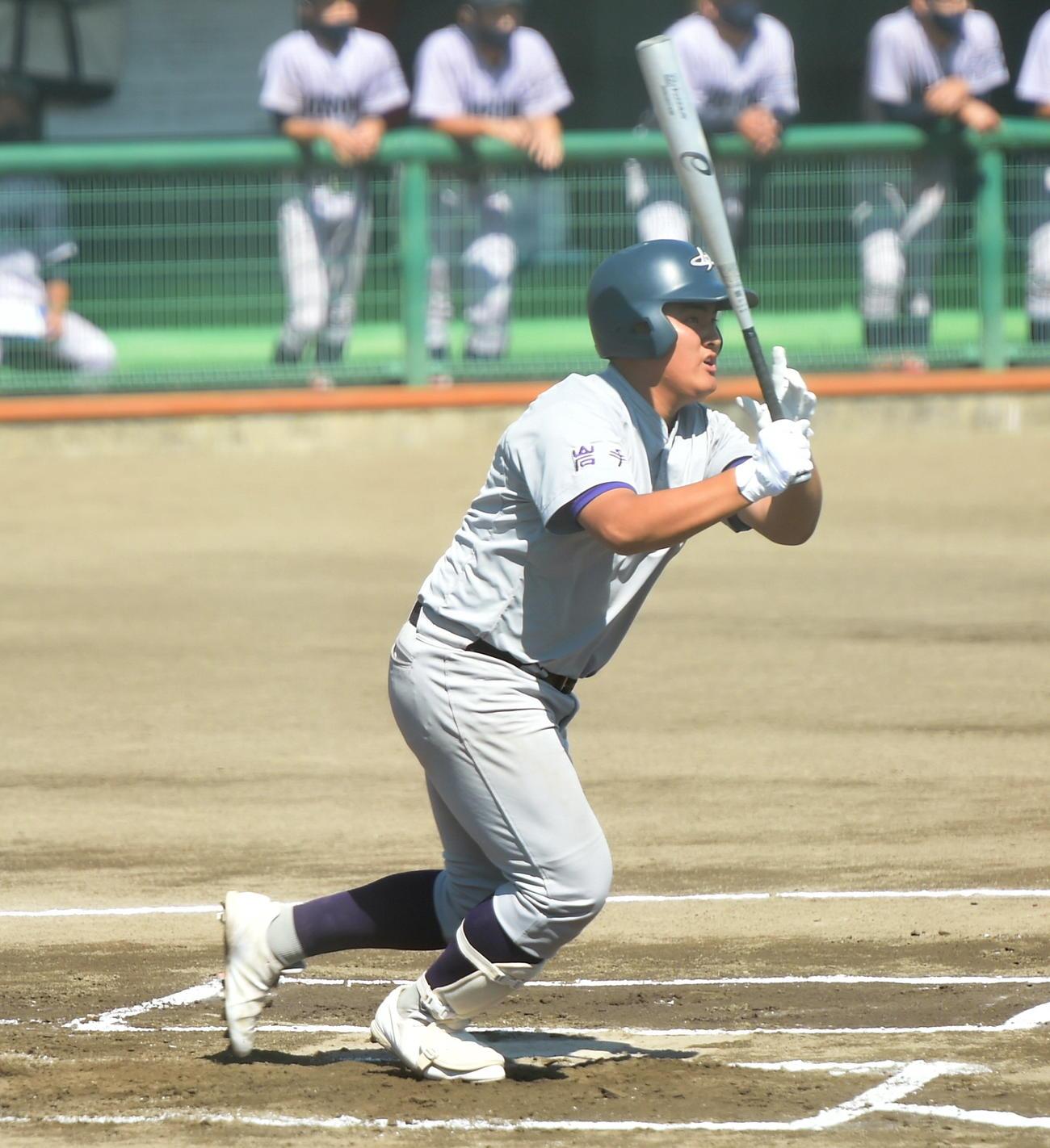 1回、先制の2点本塁打を放つ花巻東・佐々木麟