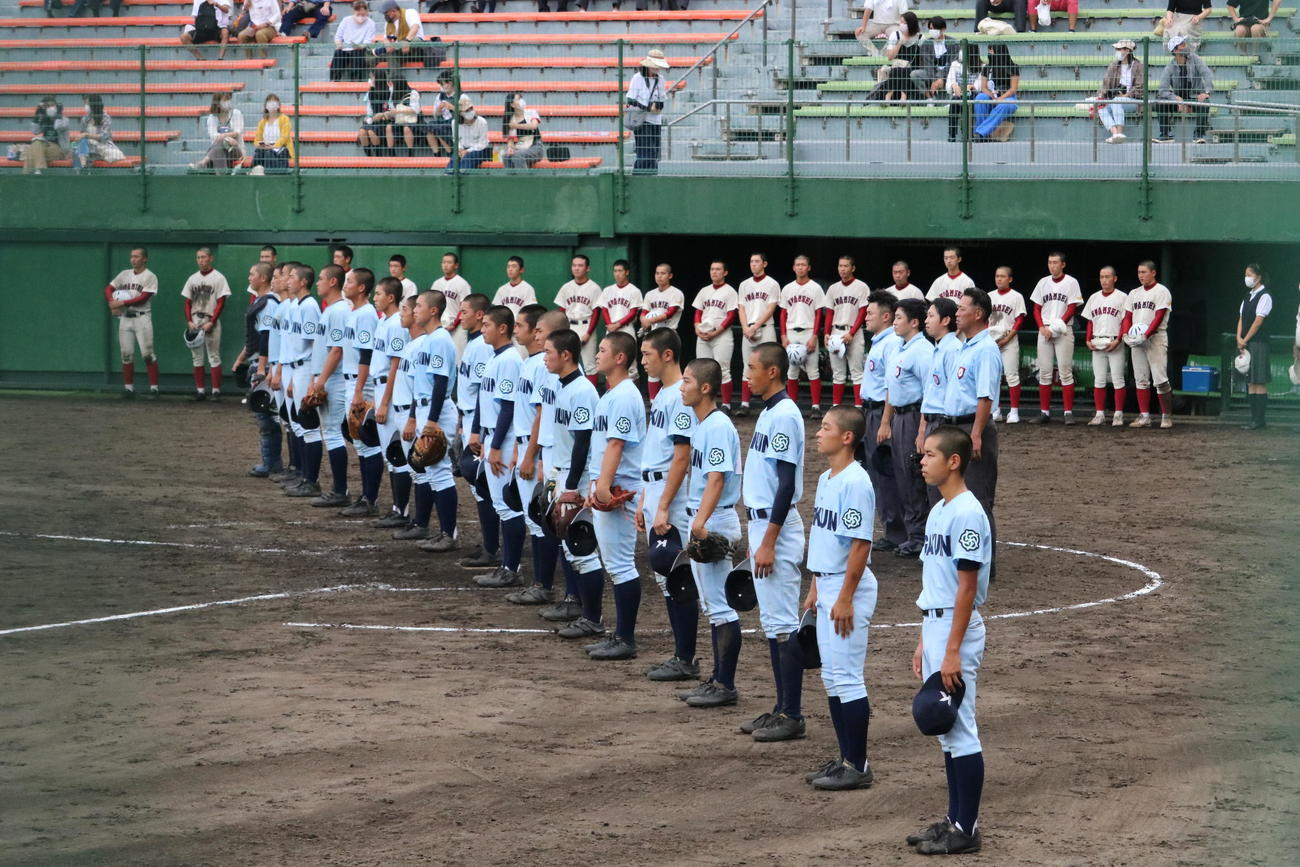 関西学院大に勝利し、校歌斉唱する神戸学院大付ナイン(撮影・林亮佑)