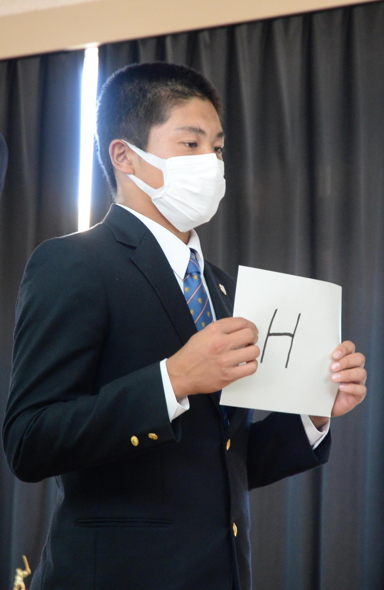 抽選する仙台育英・佐藤(撮影・濱本神威)