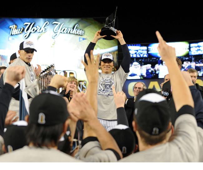 2009年11月4日、ワールドシリーズ制覇し、MVPに選ばれた松井氏は、ナインの祝福を受けながら笑顔でトロフィーを上げる(撮影・菅敏)