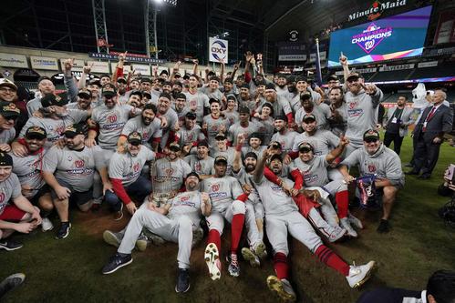 球団初のワールドチャンピオンに輝き、記念撮影するナショナルズの選手たち(AP)