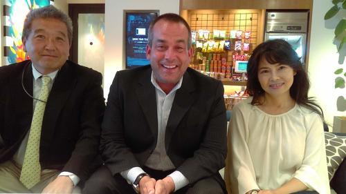 日本プロ野球OB選手会を創設したウィリアムス・ブルックスさん(中)と砂原元さん(左)、川村環さん(右)