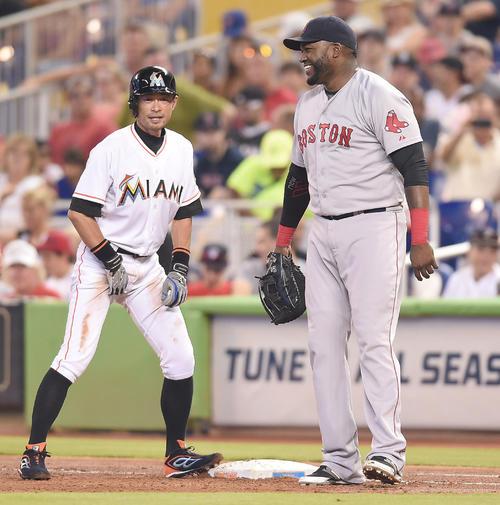 15年8月、塁上のイチローと談笑するレッドソックス・オルティス(右)(撮影・菅敏)