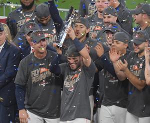 ヤンキースを破りリーグ優勝を果たし、トロフィーを笑顔で手にするアストロズ・アルテューベ(撮影・菅敏)