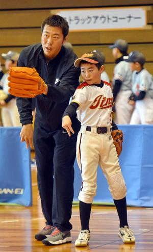 野球教室で少年を指導する上原(撮影・高橋洋平)