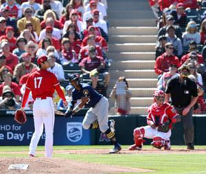 エンゼルス対ブルワーズ 2回表ブルワーズ無死、大谷(左)はブロクストンに左越えソロ本塁打を浴び、打球の行方を見つめる(撮影・松本俊)