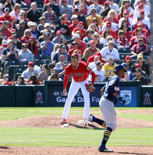 2回表ブルワーズ無死、大谷(左)はブロクストンに左越えソロ本塁打を浴び、険しい表情(撮影・松本俊)