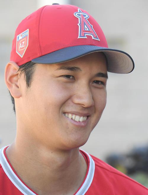 ブルワーズとの練習試合に先発し、2回2/3を投げ4安打2失点8奪三振のエンゼルス大谷は、試合後の会見で笑顔を見せる(撮影・菅敏)