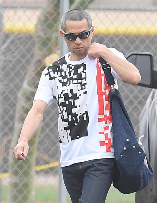 ファッショナブルなTシャツを着てキャンプ地の施設に入るイチロー(撮影・菅敏)