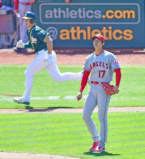 アスレチックス対エンゼルス 2回裏1死一、二塁アスレチックス、チャップマンに逆転の3点本塁打を浴びた大谷(撮影・清水貴仁)
