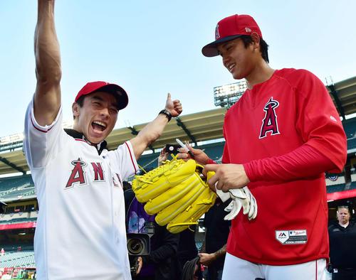エンゼルス対インディアンス 始球式を行うレーシングドライバーの佐藤琢磨(左)にサインをねだられる大谷(撮影・清水貴仁)