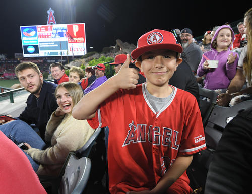 エンゼルス対インディアンス 1回にエンゼルス大谷が放ったメジャー初本塁打をボールをゲットした少年は、笑顔でポーズをとる(撮影・菅敏)