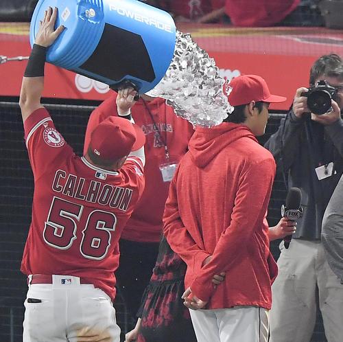 インディアンスに勝利し、4打数3安打1本塁打のエンゼルス大谷(中央)は、同僚に冷え切ったドリンクを頭からかけられる(撮影・菅敏)