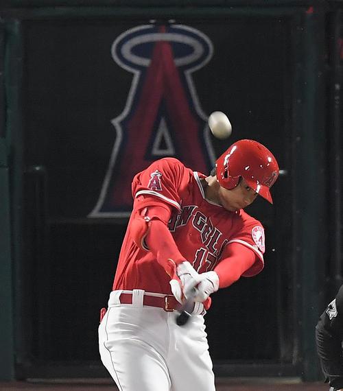 エンゼルス対インディアンス 1回裏エンゼルス2死二、三塁、右中間にメジャー初本塁打を放つエンゼルス大谷(撮影・菅敏)
