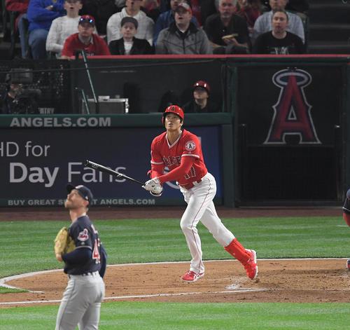 エンゼルス対インディアンス 1回裏エンゼルス2死二、三塁、右越えにメジャー初本塁打を放つエンゼルス大谷(撮影・菅敏)