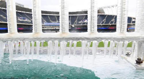 外野スタンドのフェンスにできた氷柱(撮影・菅敏)