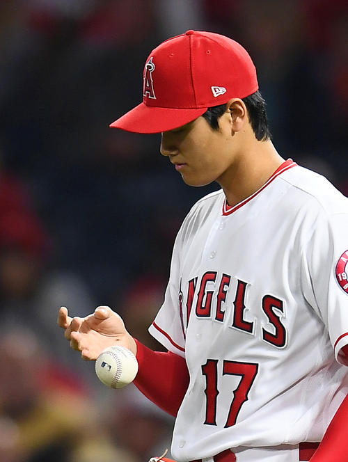 エンゼルス対レッドソックス 2回表レッドソックス1死一、二塁、ホルトに適時打を打たれたエンゼルス大谷翔平は、指先のマメを気にする(撮影・菅敏)