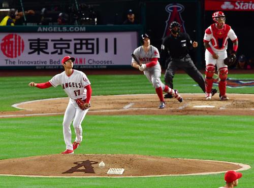 エンゼルス対レッドソックス 2回表レッドソックス1死一、二塁、ホルトに左前適時打を許す大谷(撮影・清水貴仁)