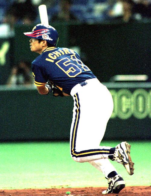 日本ハム対オリックス 9回表無死一塁、オリックス・イチローは右越えに3号2点本塁打を放ち、プロ通算1000本安打を達成(撮影は1999年4月20日)