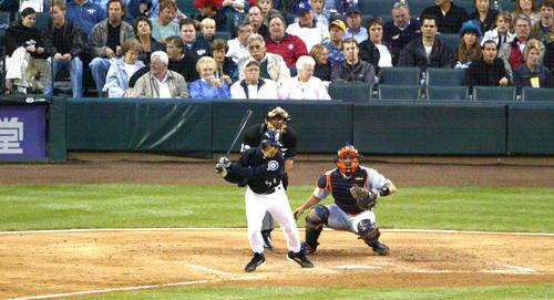 マリナーズ対タイガース 5回裏マリナーズ1死、日米通算2000安打となる中前打を放つイチロー(撮影は2004年5月21日)